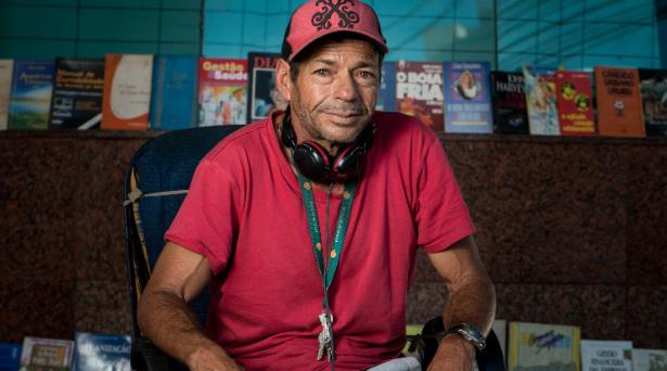 Homem em situação de rua ganha a vida vendendo livros que encontra no lixo 2