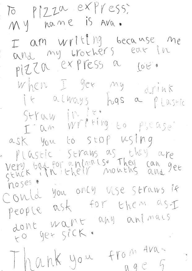 Pizzaria atende pedido de garotinha de 5 anos para deixar de usar canudos plásticos 3