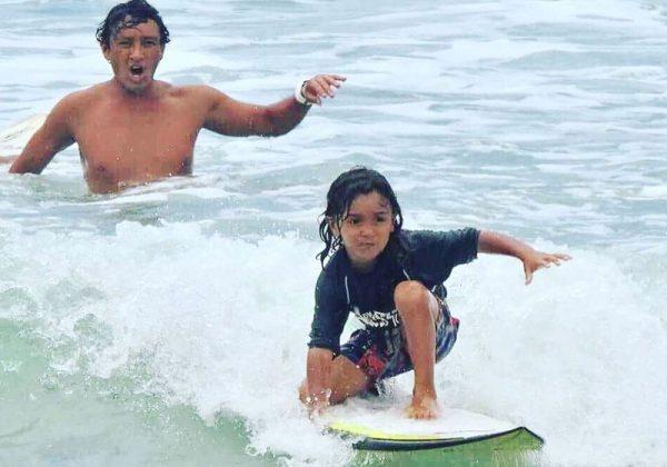 Surfista salva turistas que estavam se afogando com a ajuda de filho de 5 anos 1