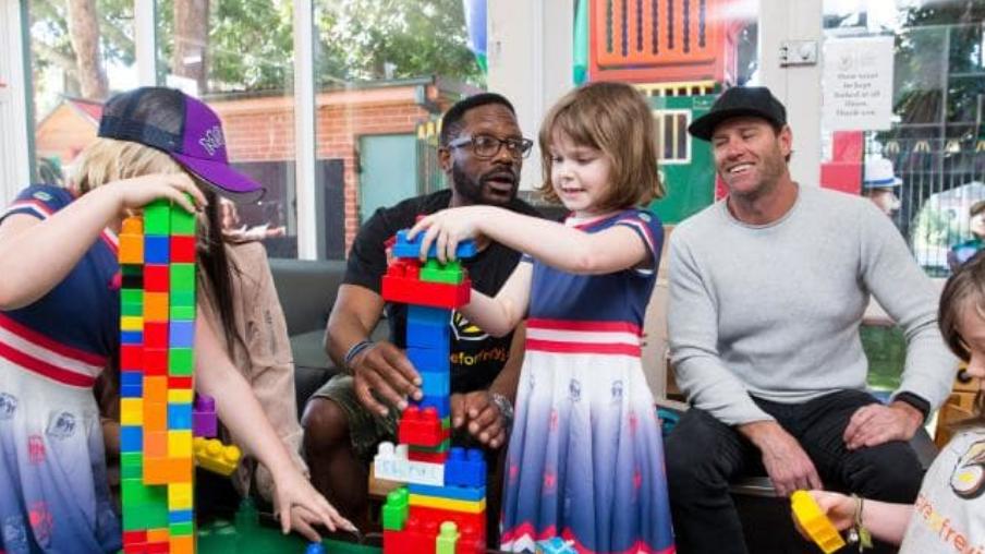 Pela primeira vez robô é usado para retirar um 'tumor inoperável' de menina de 6 anos 3