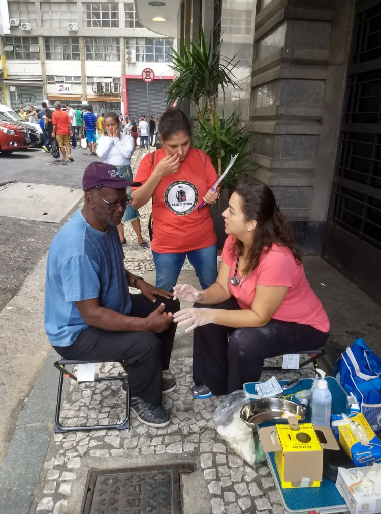 Projeto leva atendimento médico humanizado para moradores de rua