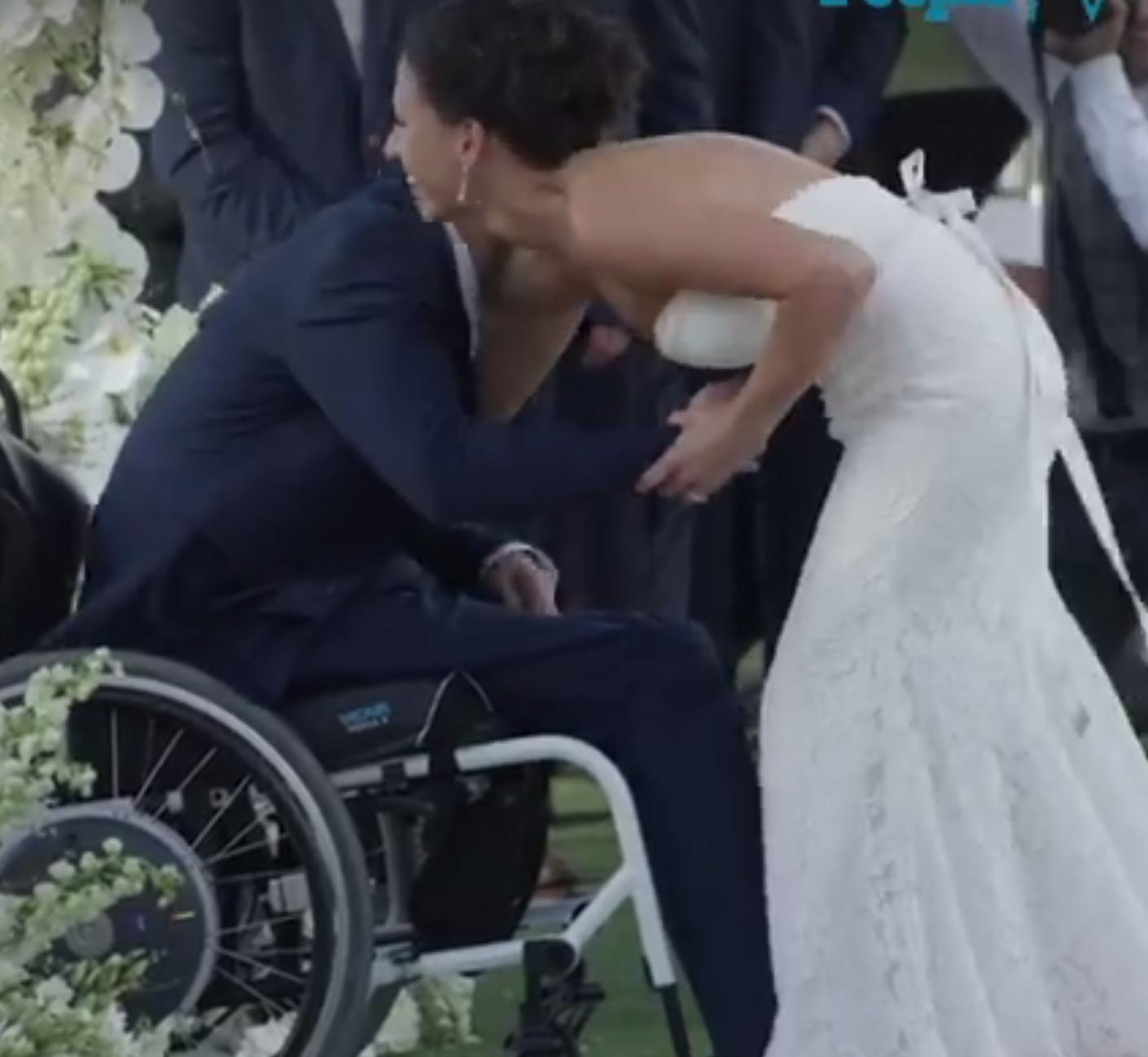 Jovem paraplégico caminha ao lado da noiva no dia do casamento e é impossível não se emocionar 2