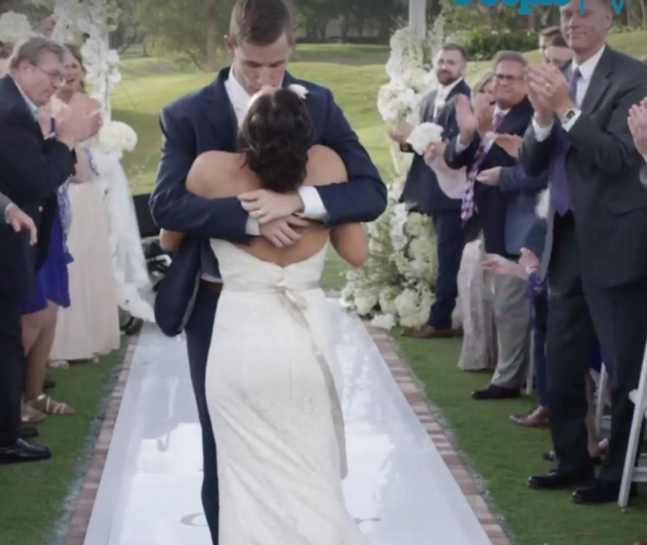 Jovem paraplégico caminha ao lado da noiva no dia do casamento e é impossível não se emocionar 3