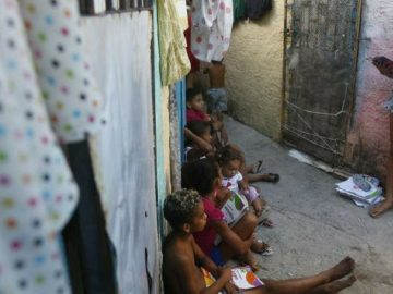 Menina de 11 anos dá aula a outras crianças em meio aos becos onde mora em Recife
