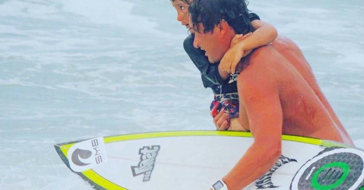 Surfista salva turistas que estavam se afogando com a ajuda de filho de 5 anos 3