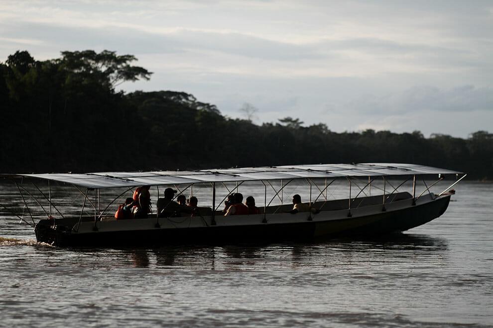 Canoa movida a energia solar está sendo usada como meio de transporte de comunidades da Amazônia 3