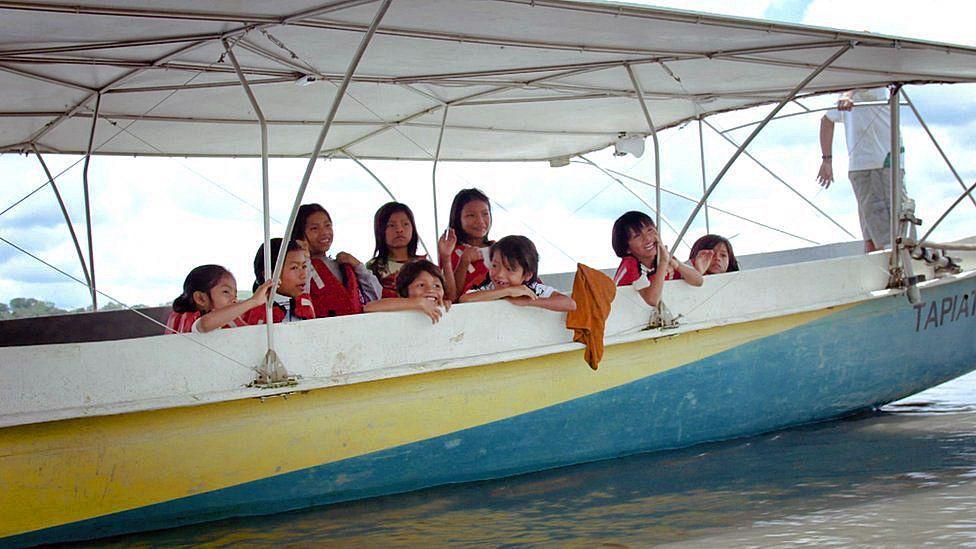Canoa movida a energia solar está sendo usada como meio de transporte de comunidades da Amazônia 7