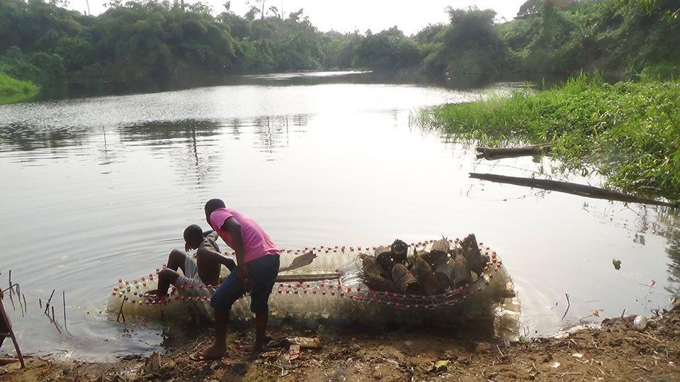 canoa garrafas PET lago