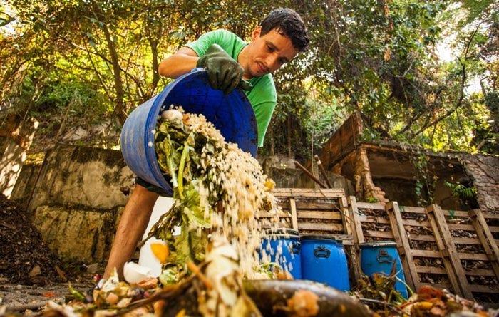 lixo-orgânico-homem-compostagem