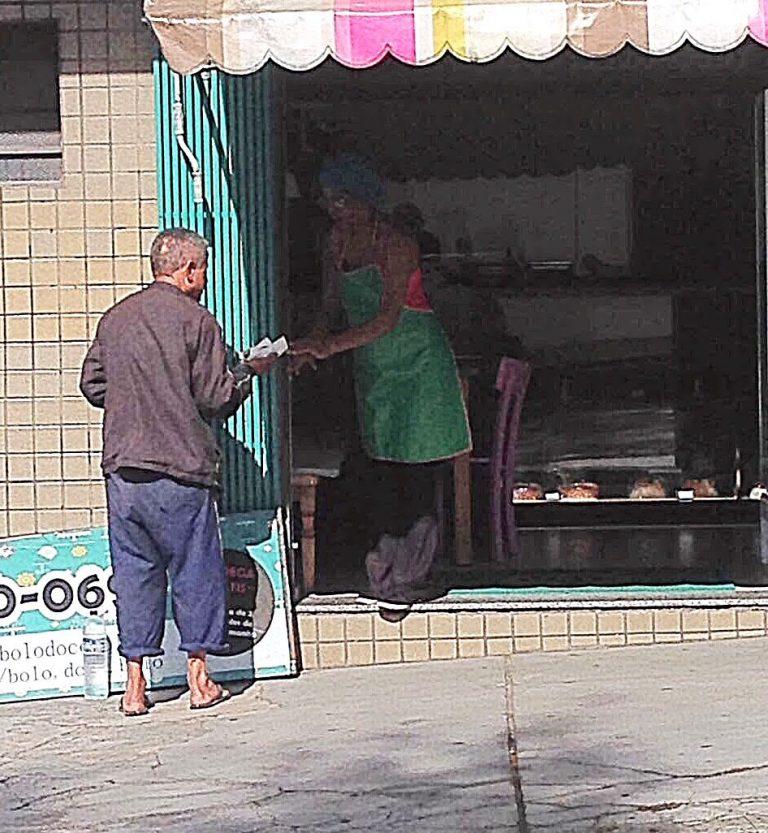 Todo dia, dona de loja de doces entrega bolo e café para moradores de rua que pedem comida 3