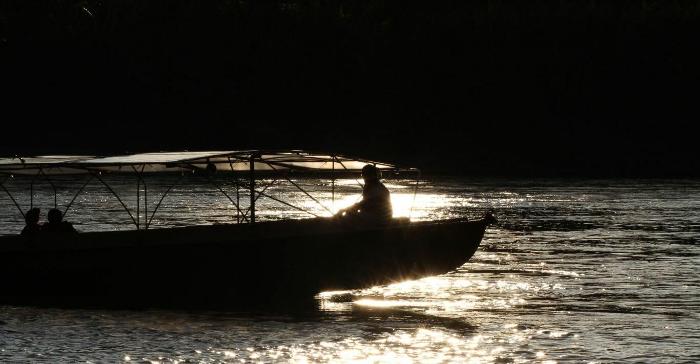 Canoa movida a energia solar está sendo usada como meio de transporte de comunidades da Amazônia 2
