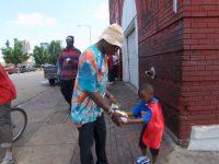 menino-entrega-sanduíches-moradores-rua