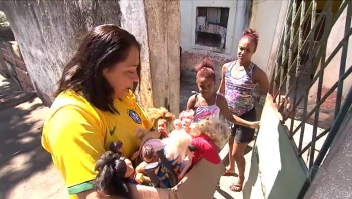 mulher reforma bonecas doa crianças carentes