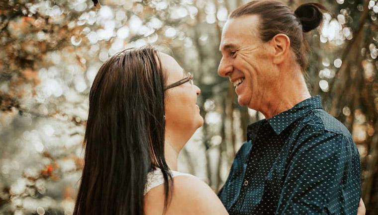 Casal diferença idade sorrindo