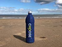 garrafa de água areia praia