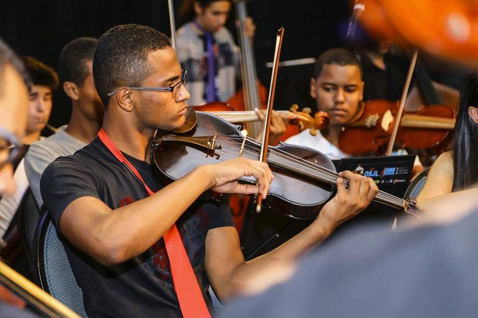 jovem negro toca violino arco londres