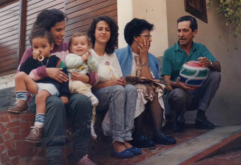 pais-filhos-netos-sentados-casa