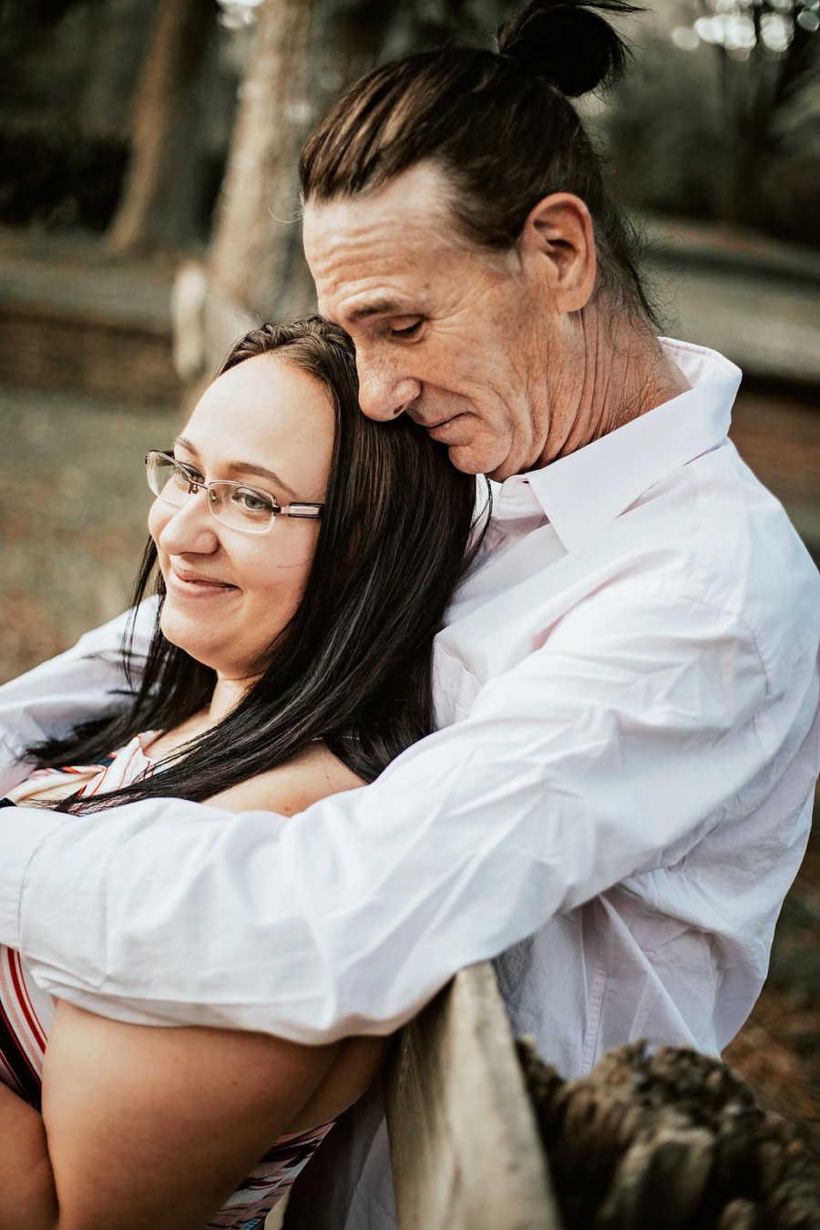 Casal diferença idade abraçado