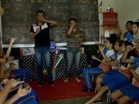professora música aluno surdo interagir colegas