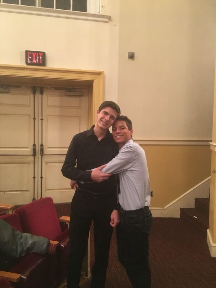 casal gay abraçado