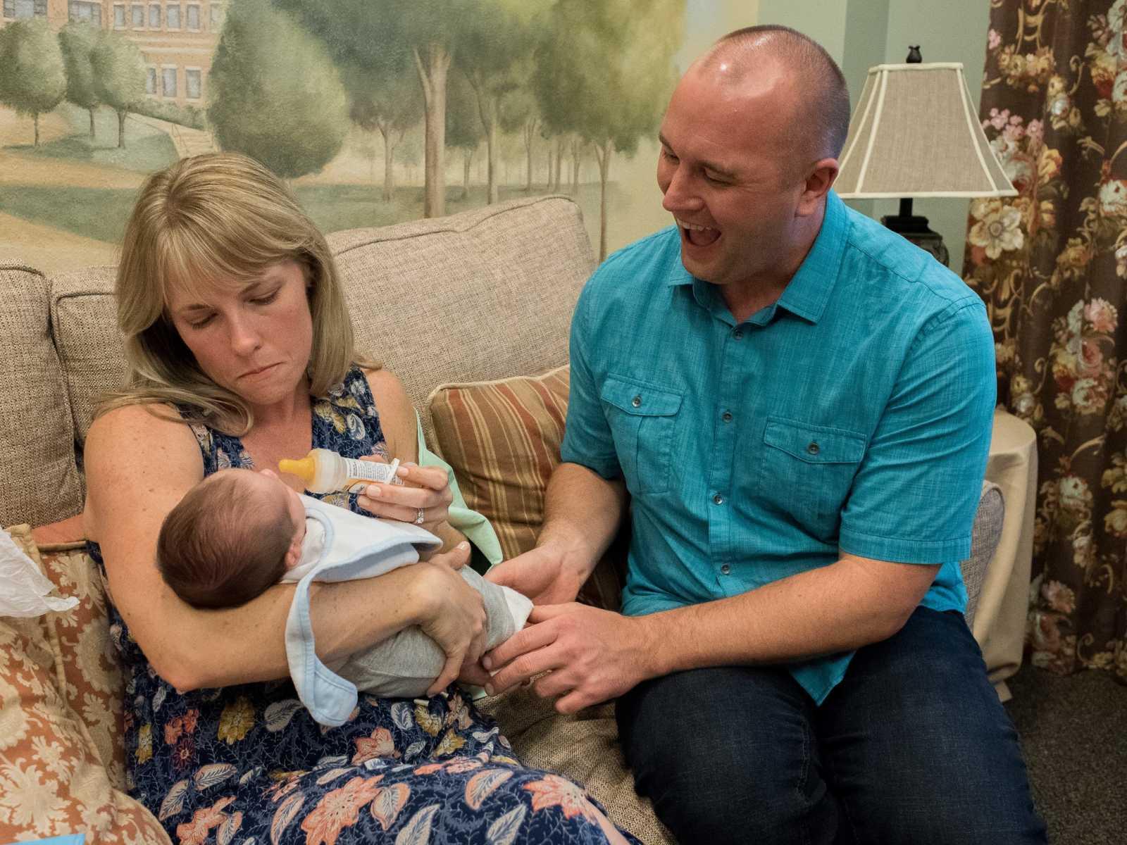 processo-de-adoção-mãe-criança-colo-pai