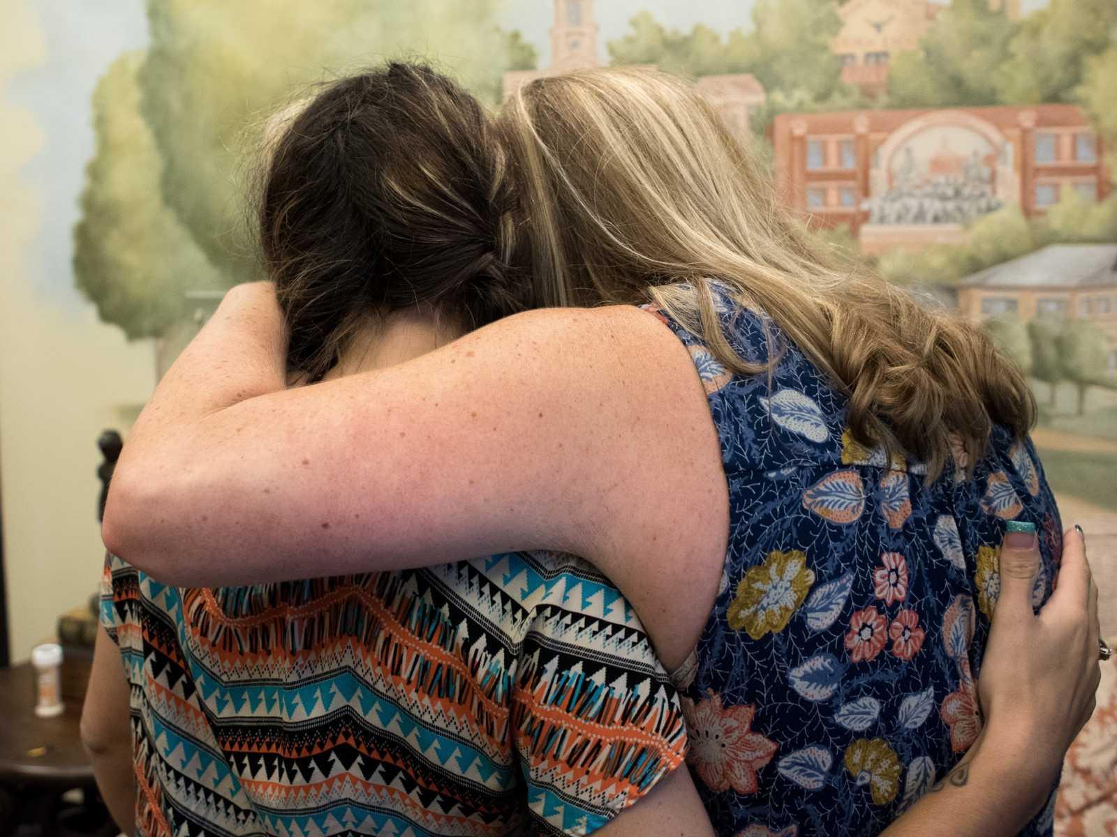 processo-de-adoção-mães-abraçadas