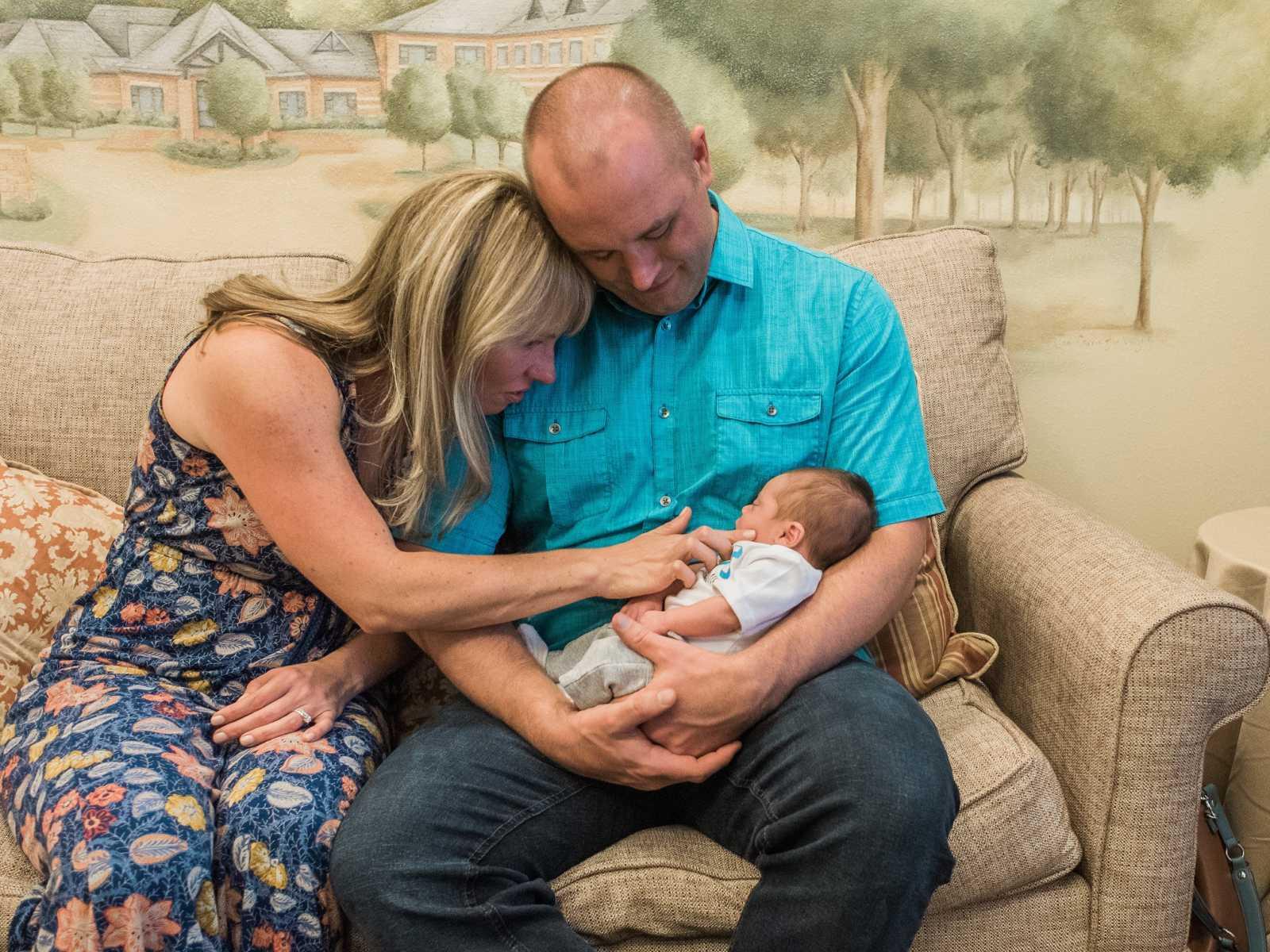 processo-de-adoção-mãe-pai-criança-colo
