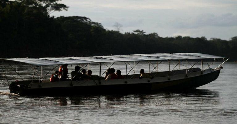 Canoa movida a energia solar está sendo usada como meio de transporte de comunidades da Amazônia 1