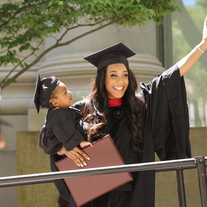 jovem formatura faculdade filha