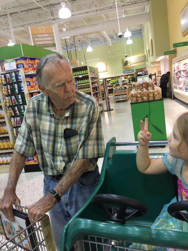 idoso menina conversando supermercado