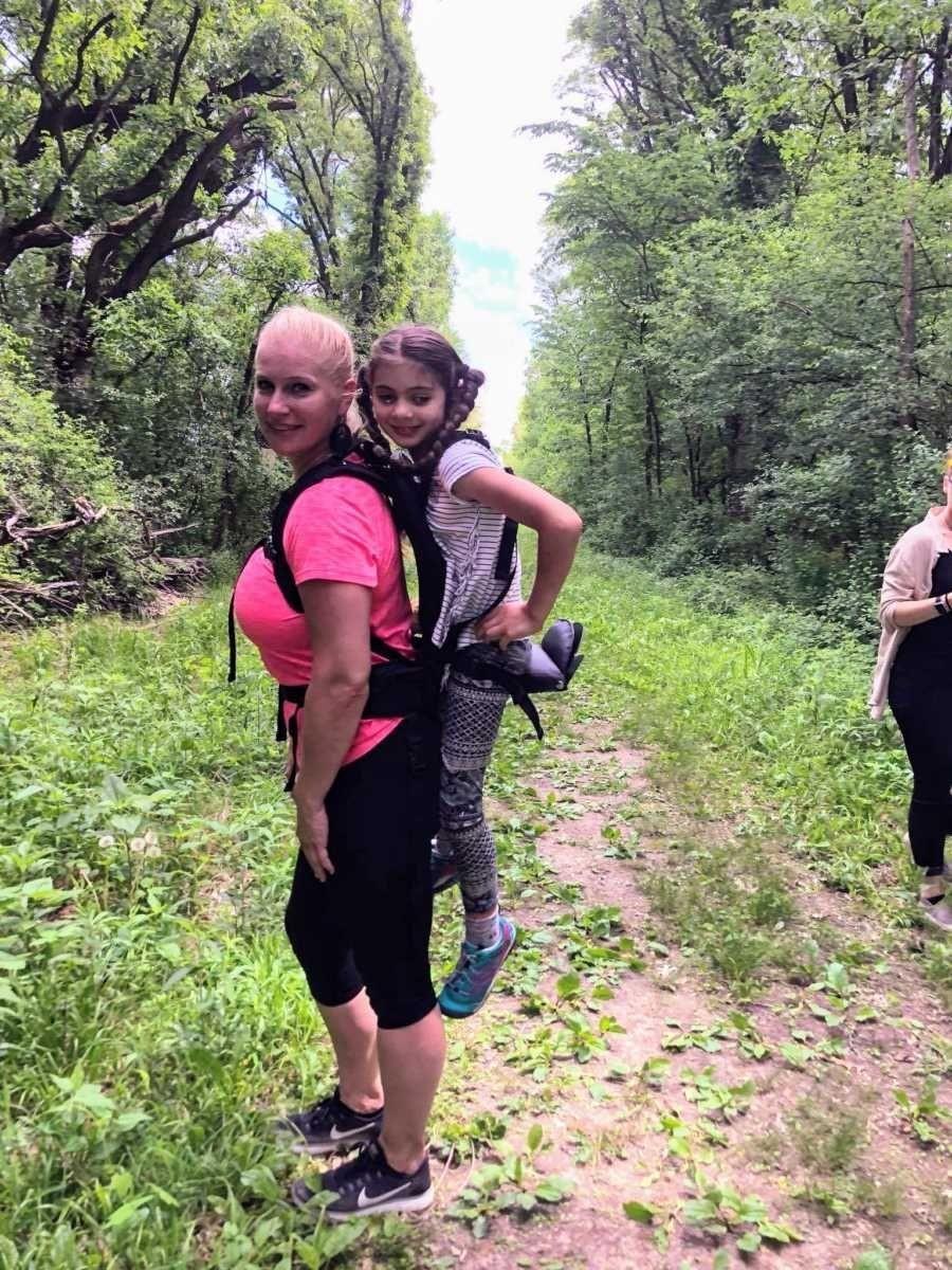 professora carrega aluna costas excursão escola