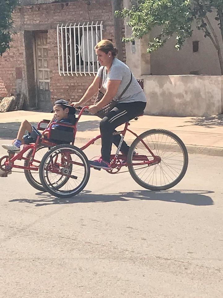 pai constrói bicicleta filho paralisia cerebral