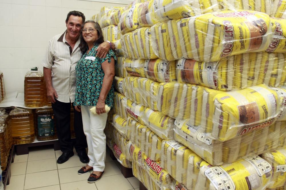 casal velhinhos toneladas alimentos hospital