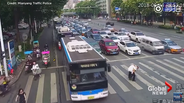 guarda de trânsito ajuda idoso atravessar avenida