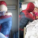 jovem vestido homem-aranha visita hospitais