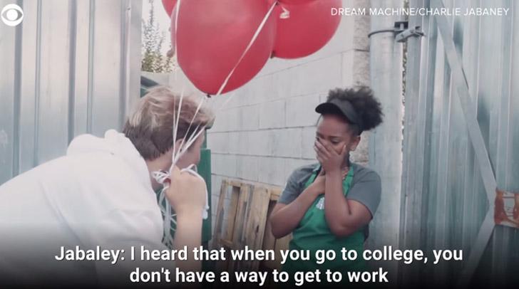 homem balões estudante emocionada