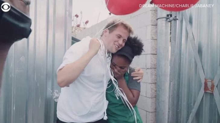 homem abraça estudante emocionada