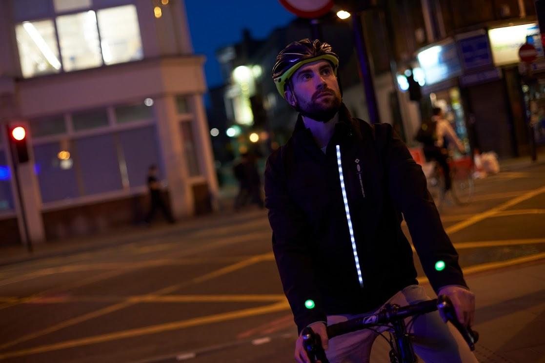 ciclistas jaqueta inteligente avenida noite