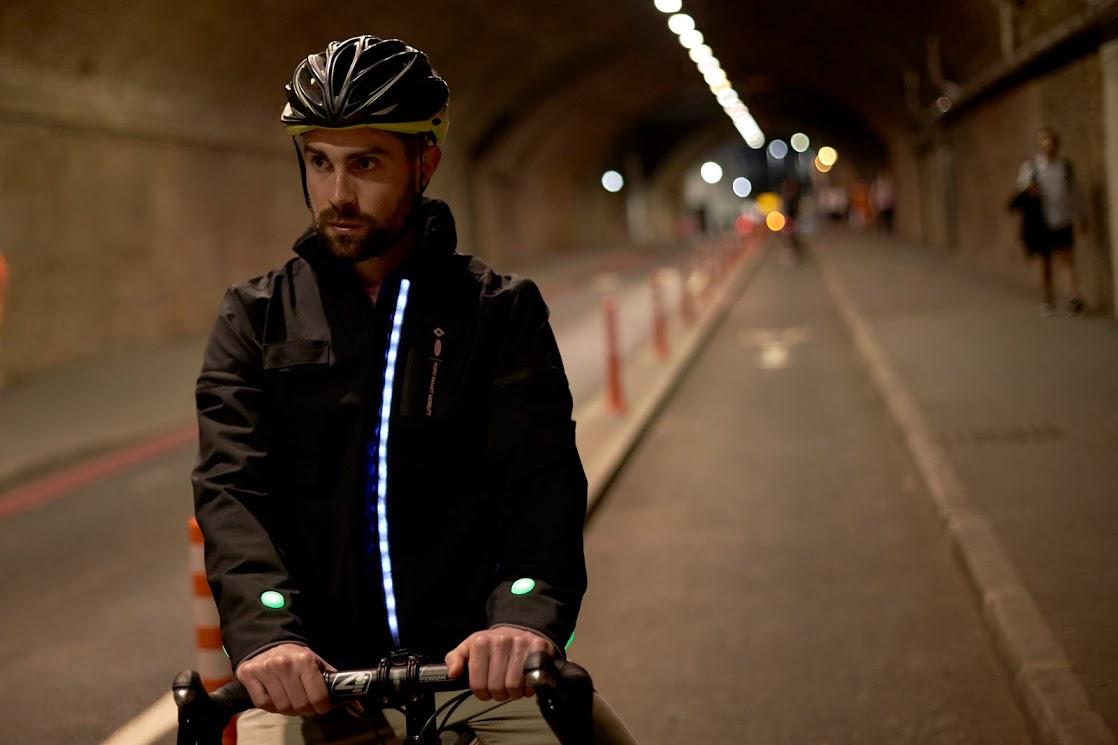 ciclistas jaqueta inteligente viaduto