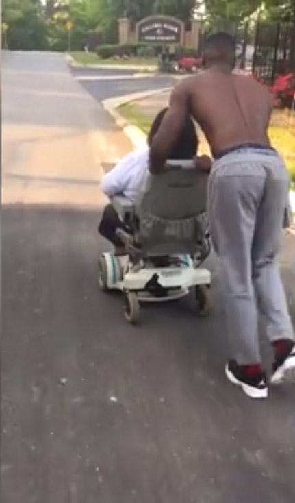 jovem empurra cadeira de rodas mulher