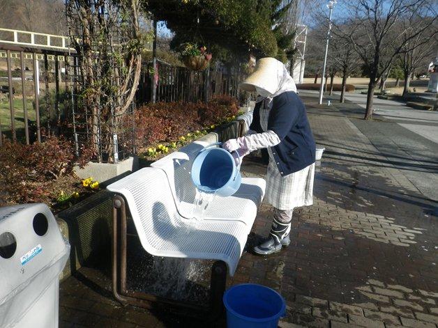 japoneses limpam praça