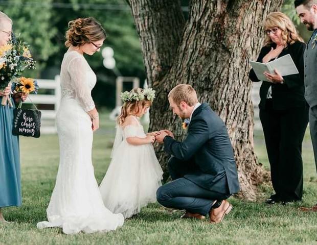 padrasto coloca anel enteada casamento