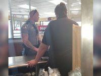 policial sem-teto lanchonete