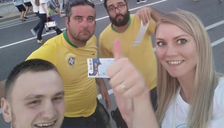 torcedores brasileiros dão ingressos russos