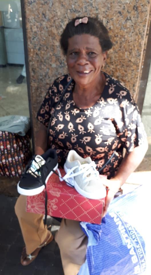 A internet está ajudando a mudar a vida de uma senhora que vende buchas