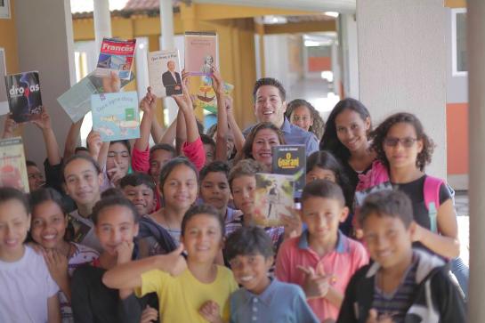 Professor faz biblioteca colaborativa em parada de ônibus e incentiva a leitura no Amapá 3