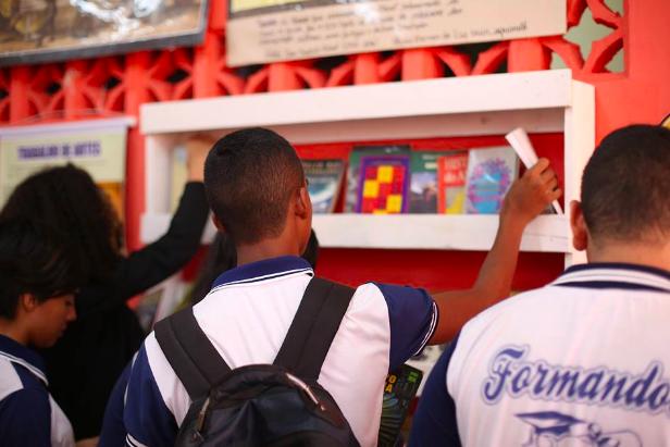 Professor faz biblioteca colaborativa em parada de ônibus e incentiva a leitura no Amapá 5