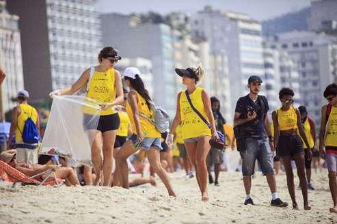 omo garrafa plástico retirado litoral brasileiro