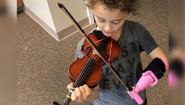 menina toca violino dispositivo