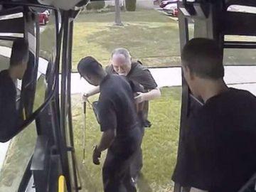 motorista ônibus para veículo ajudar homem cego